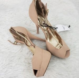 NWT! 8/9 RUE21 Nude Heels with Gold Straps